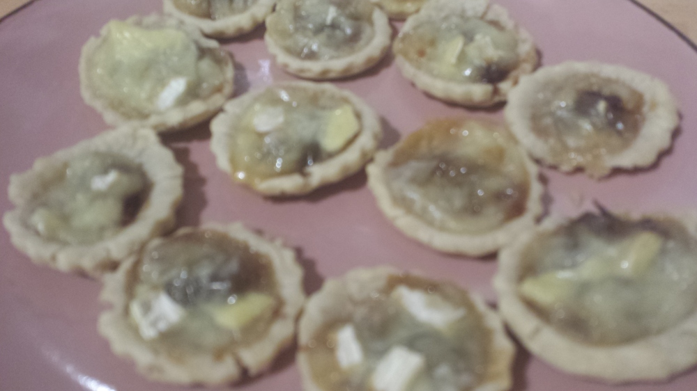 Brie and onion chutney tartlets